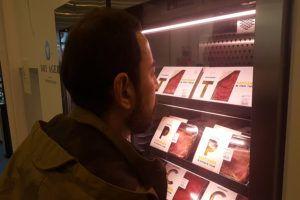 Un cliente observa los santiamenes de Vaca Santa en un expositor.